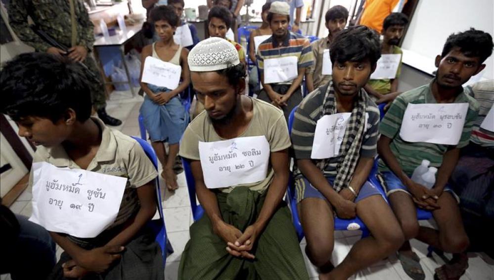 Inmigrantes birmanos que pertenecen, supuestamente, a la minoría rohingya y que fueron rescatados por policías tailandeses