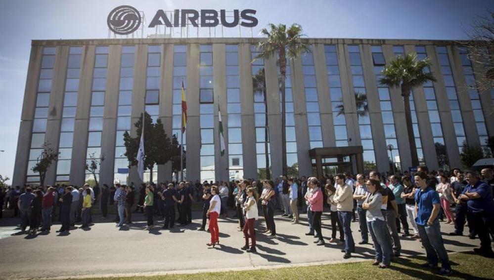 Los trabajadores de Airbus Puerto Real (Cádiz), concentrados en la puerta de la factoría.