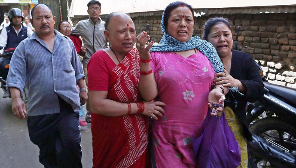Nepalíes en busca de un espacio abierto en Sankhu.