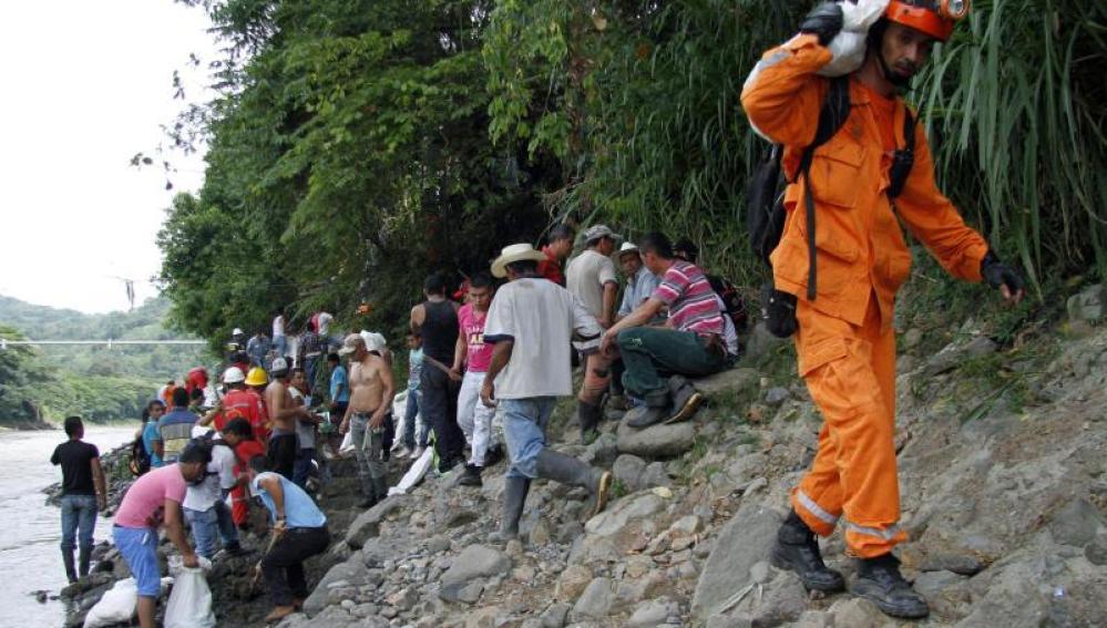 Efectivos de rescate en la zona donde han quedado atrapados los mineros.