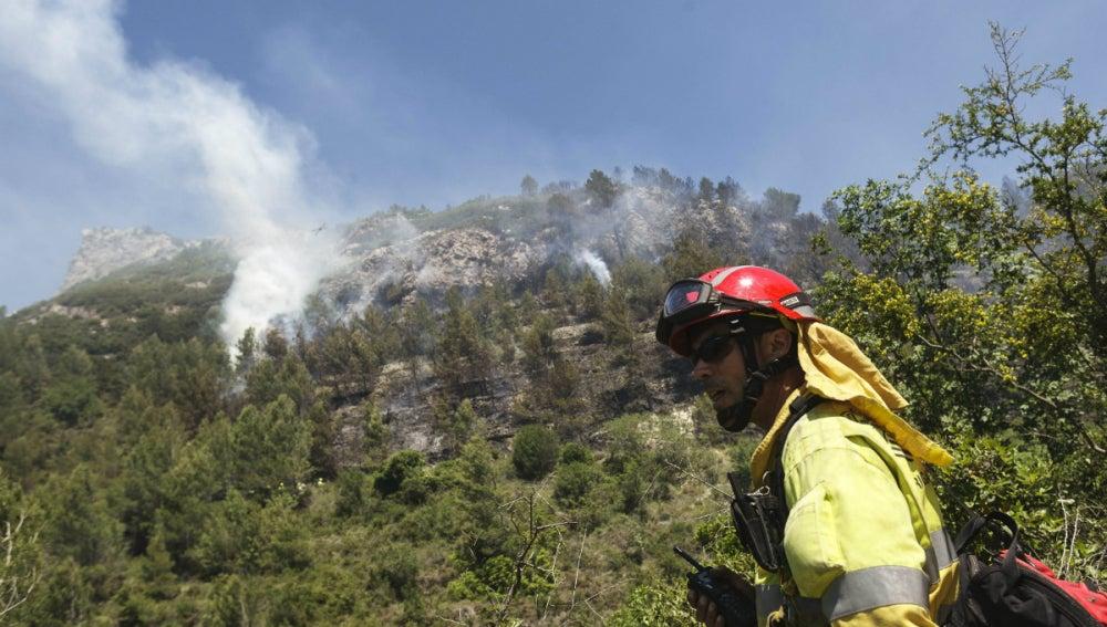 Profesional trabajando en la extinción del incendio de Alicante
