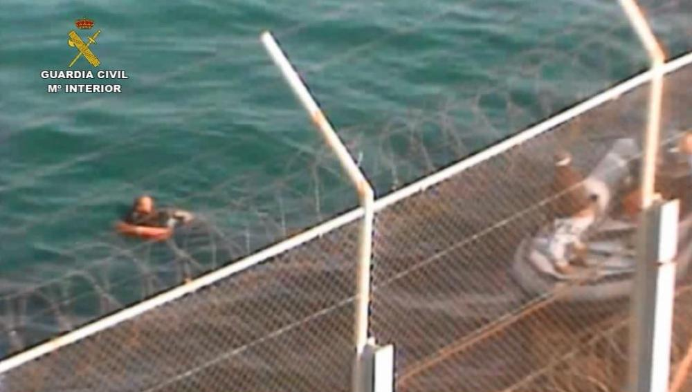 Un guardia civil se arroja al mar para salvar a inmigrante que nadaba a Ceuta