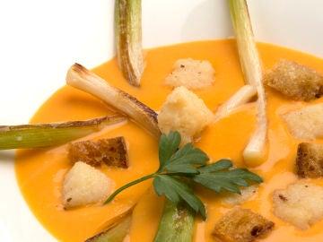 Karlos Arguiñano-Crema de calabaza con puerros y picatostes de pan y bacalao