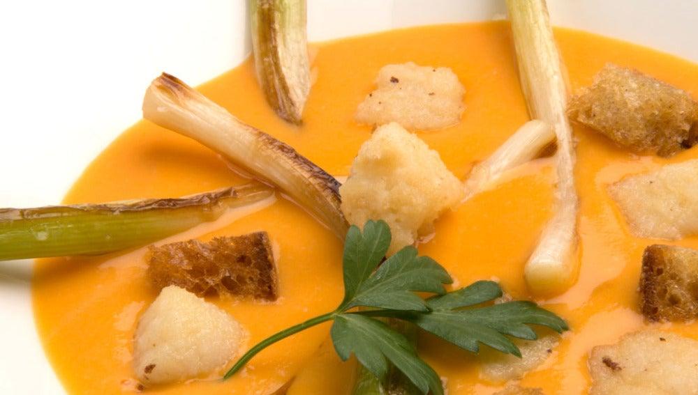 Crema de calabaza con puerros y picatostes de pan y bacalao