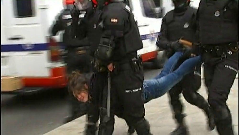 La Ertzaintza desaloja a los concentrados en favor de Segi en Vitoria