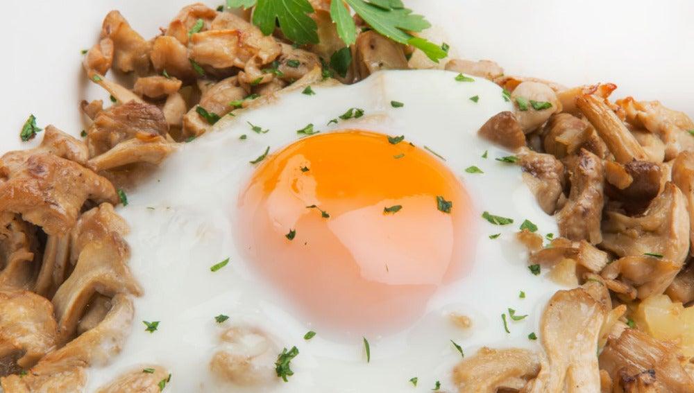 Huevos, patatas y setas de primavera
