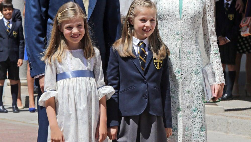 Los Reyes junto a sus hijas Leonor y Sofía