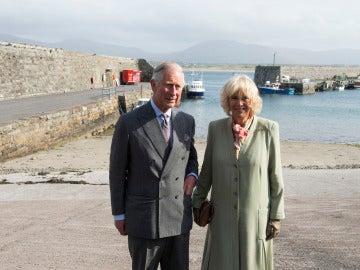 El príncipe Carlos y Camilla visitan Mullaghmore, en Irlanda