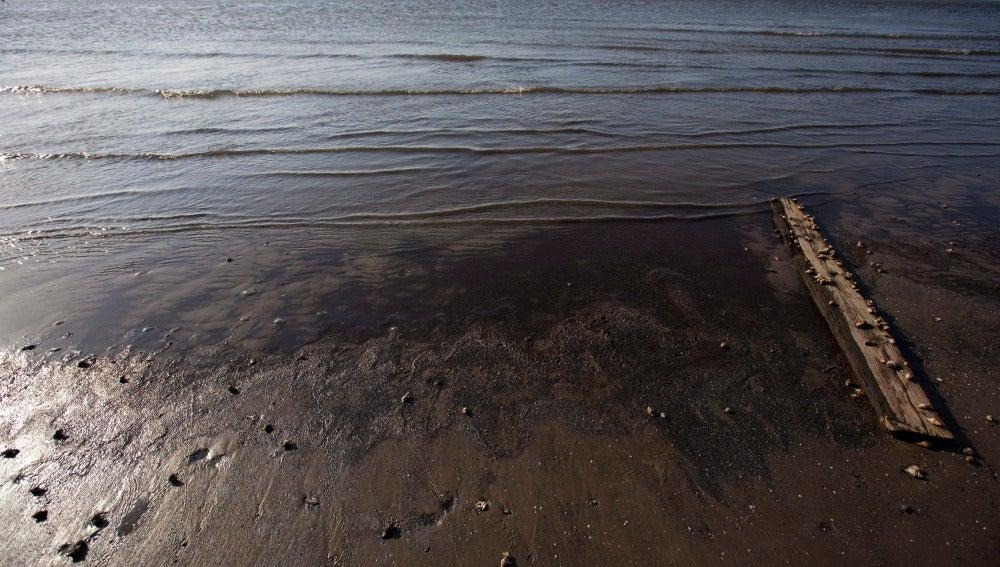Un oleoducto se rompe en California y vierte 80 mil litros de petróleo