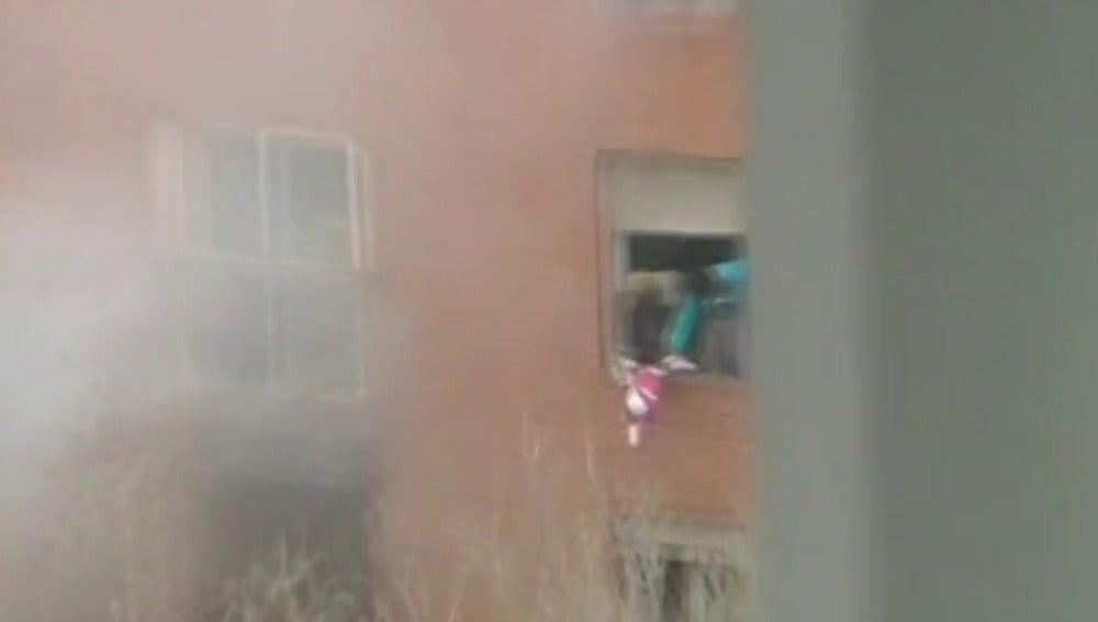 Lanzan a una niña desde una ventana para salvarla de un incendio