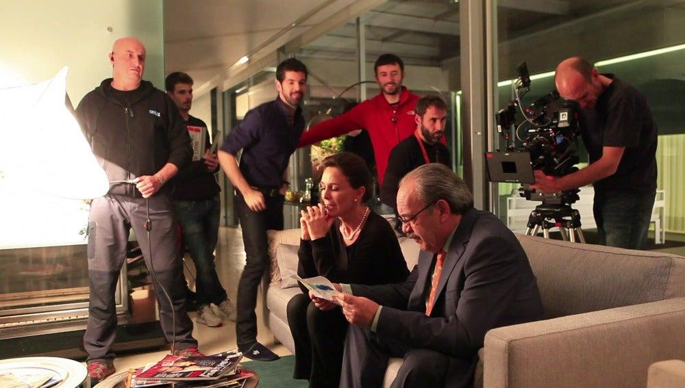 Tito Valverde y Lydia Bosch filma una escena de Sin Identidad