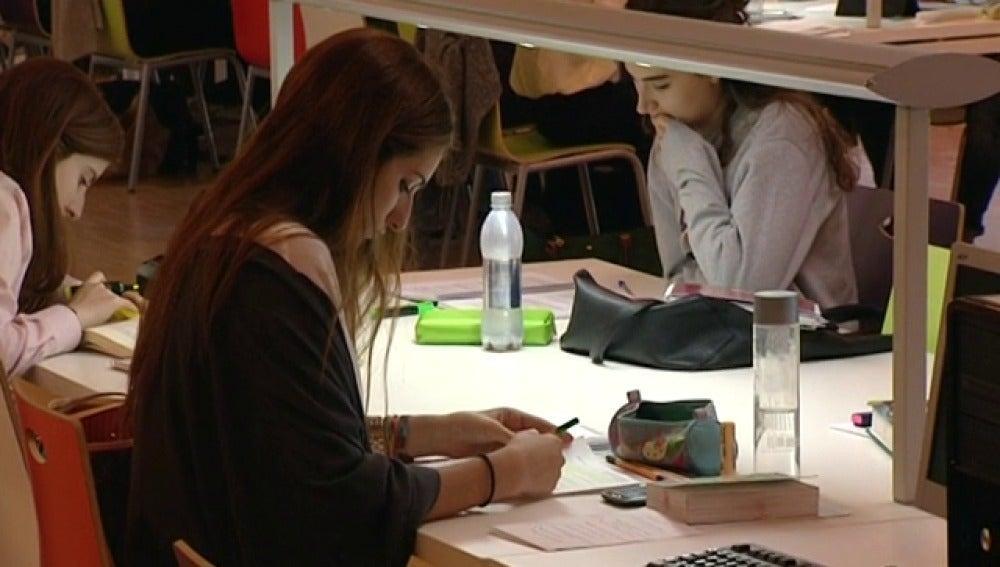 Las bibliotecas, llenas de estudiantes, de día y de noche