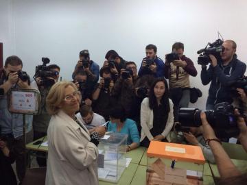 Manuela Carmena acude a votar
