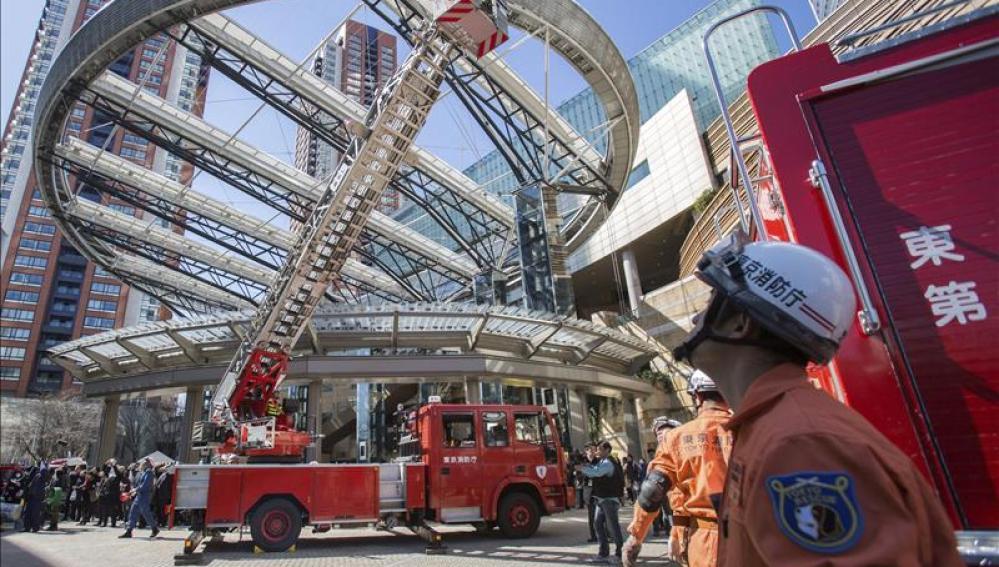 Un terremoto de 5,6 grados golpea la región de Tokio sin alerta de tsunami Bomberos de Tokio participan en un simulacro de terremoto.