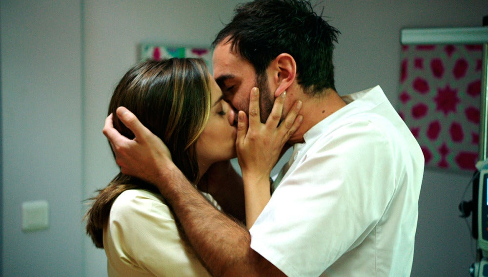 Carmen se lanza a besar a Iñaki para resolver sus dudas