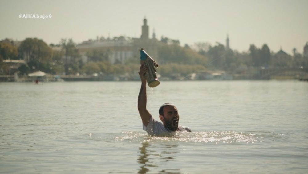 Iñaki lanza la virgen de los milagros al río y se tira para rescatarla de nuevo