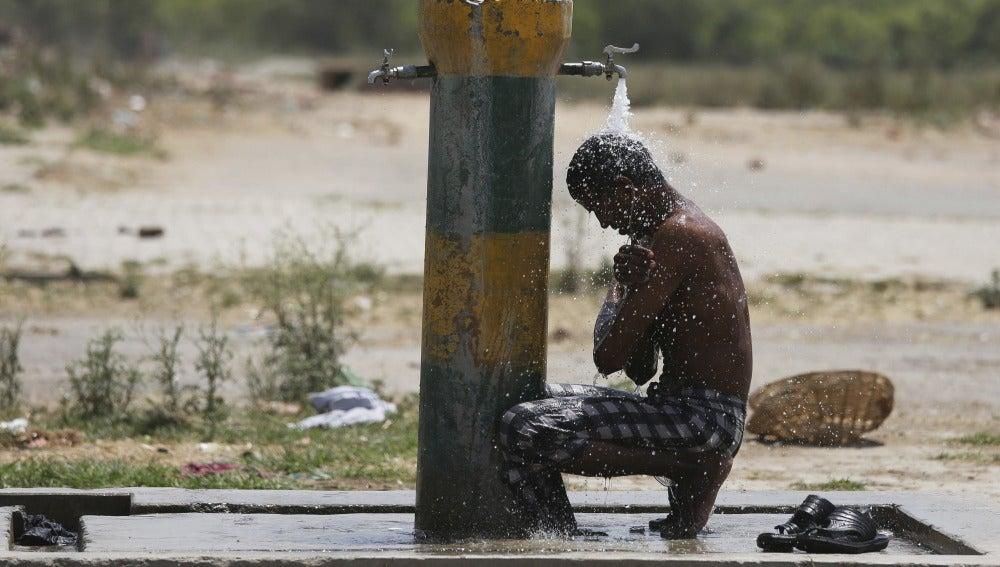 Un hombre se refresca ante la ola de calor en India