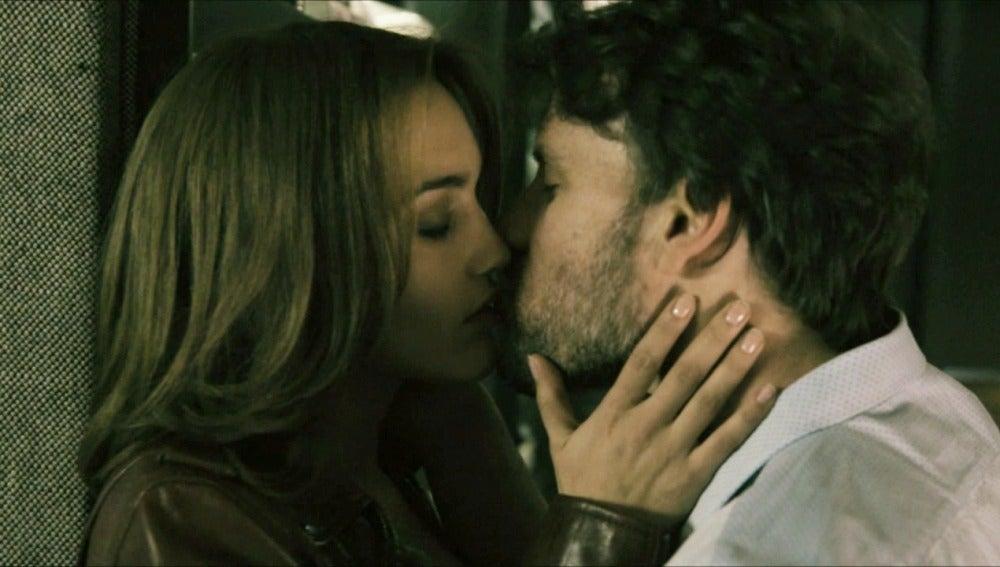 María y Juan se besan