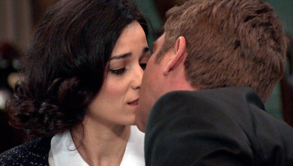 Víctor Reyes besa a Laura