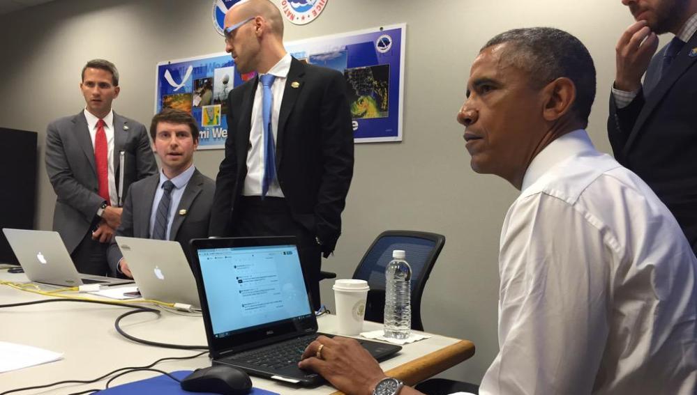 Barack Obama, contestando a preguntas a través de Twitter