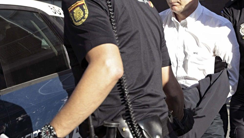 Serafín Castellano llega detenido a los juzgados de Sagunto