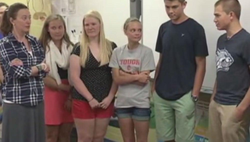 Un grupo de estudiantes dona el dinero de su viaje de fin de curso a su profesora enferma