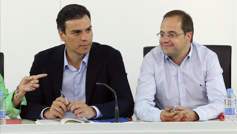 Pedro Sánchez junto a César Luena.