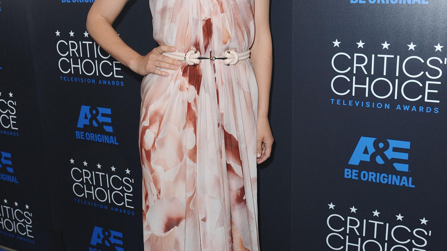 Maggie Gyllenhaal, con palabra de honor de escote corazón