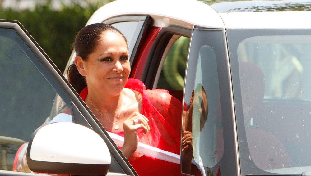 La cantante metiéndose en el coche de su hermano