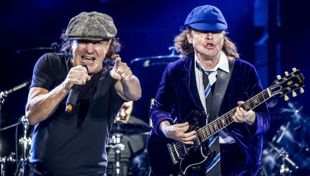 Brian Johnson y Angus Young  en plena acción.