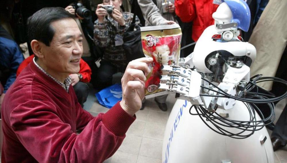 Un hombre en 'Robot Village', en Japón