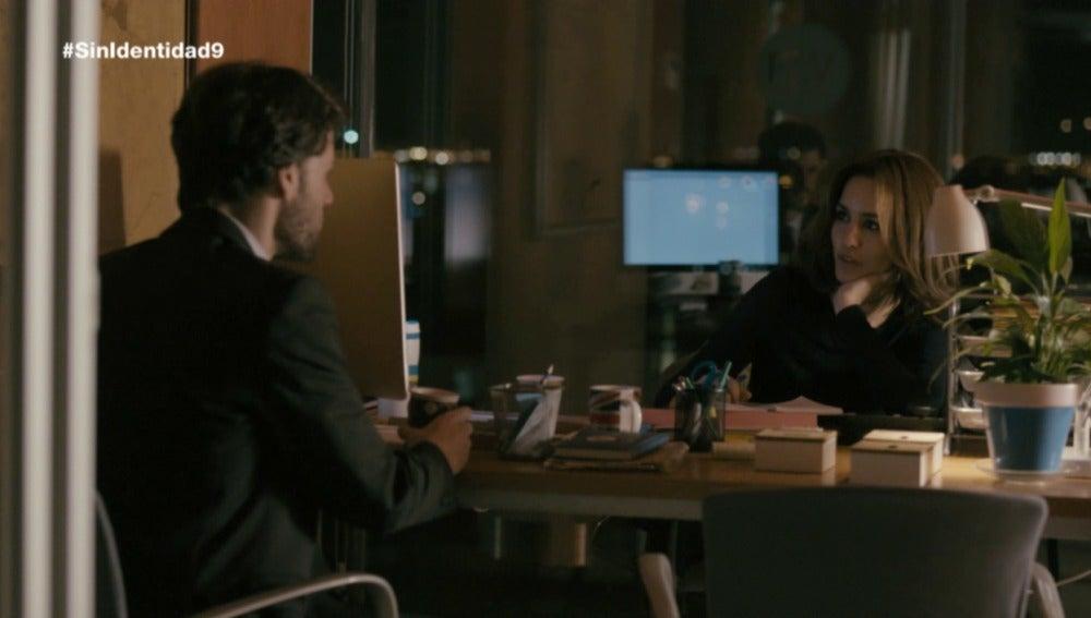 María y Juan tiene un momento íntimo en la oficina