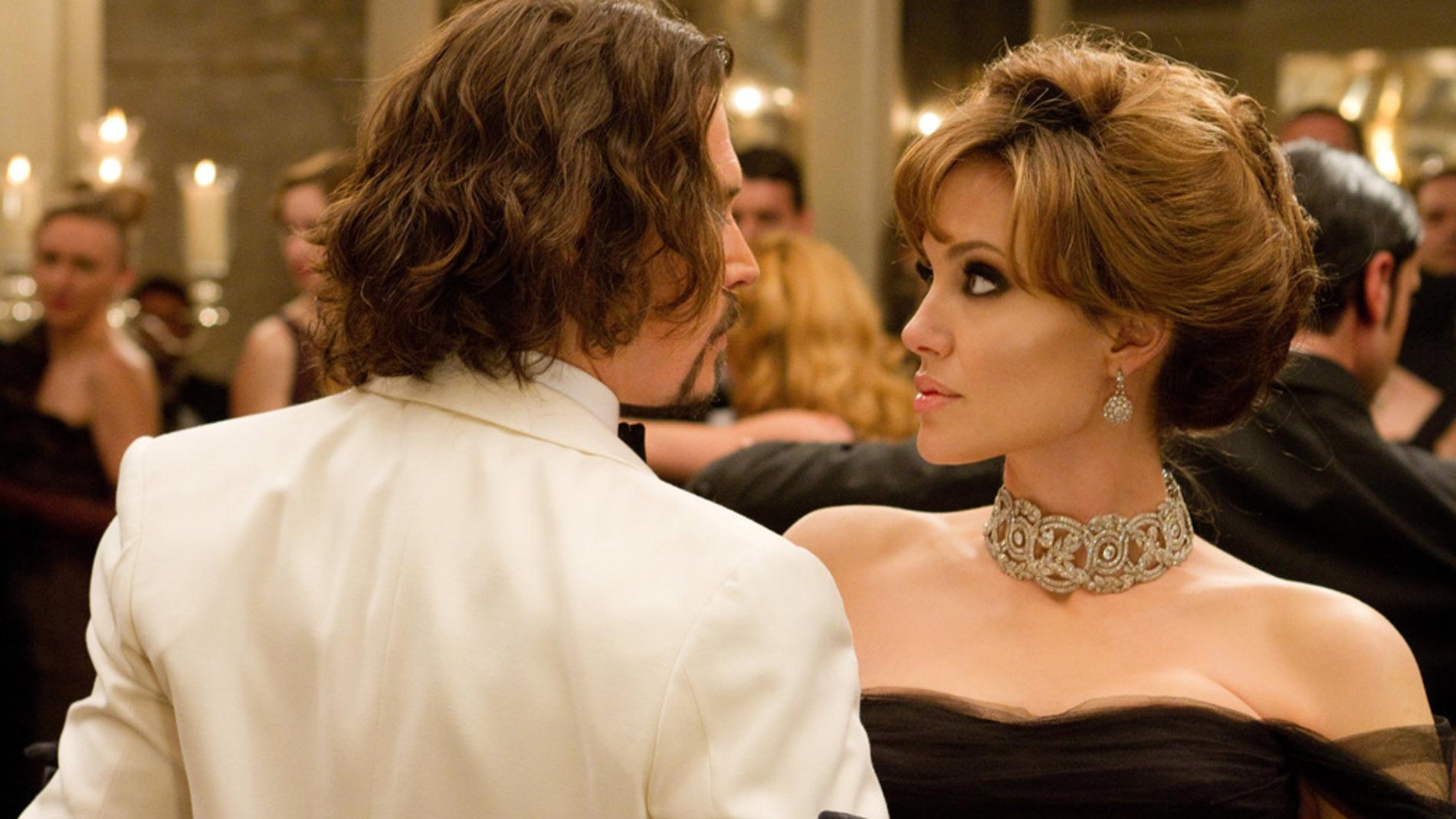 Angelina Jolie interpretó en 'The Tourist' a Elise, una atractiva y misteriosa mujer que elije a Frank (Johnny Depp) para hacerle creer a las autoridades que es su amante prófugo