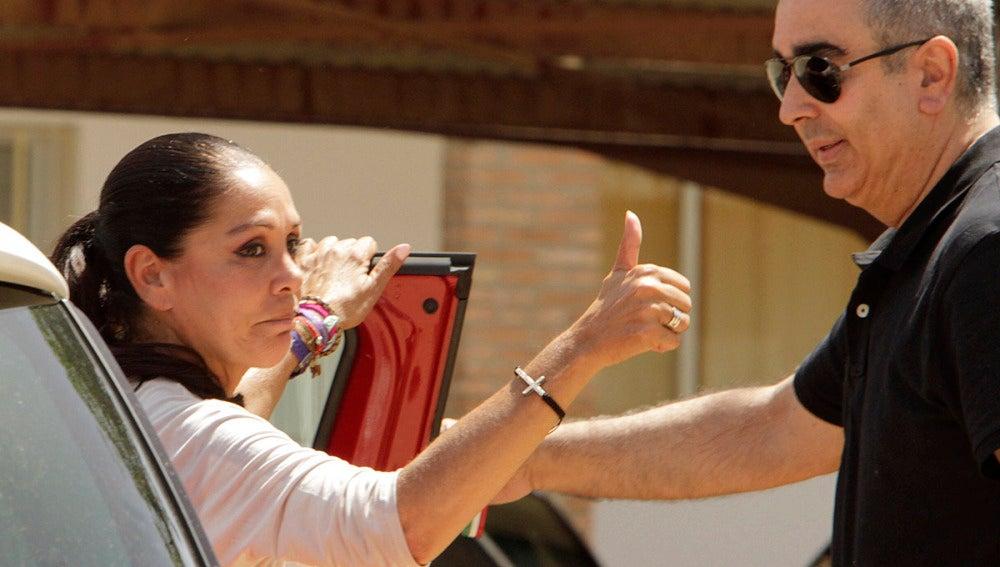 Isabel Pantoja hace un gesto de ok a sus fans