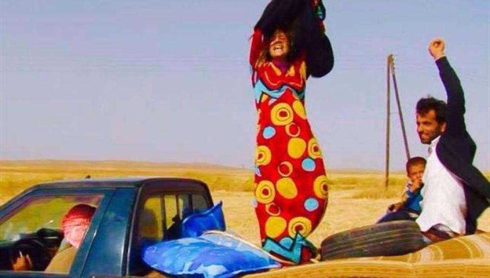 Las mujeres que huyen del Estado Islámico se despojan de sus ropas negras como símbolo de liberación
