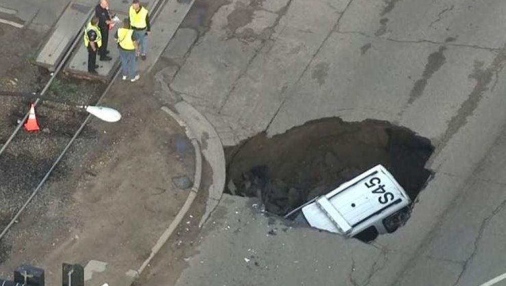 Un socavón engulle a un coche de policía en EEUU