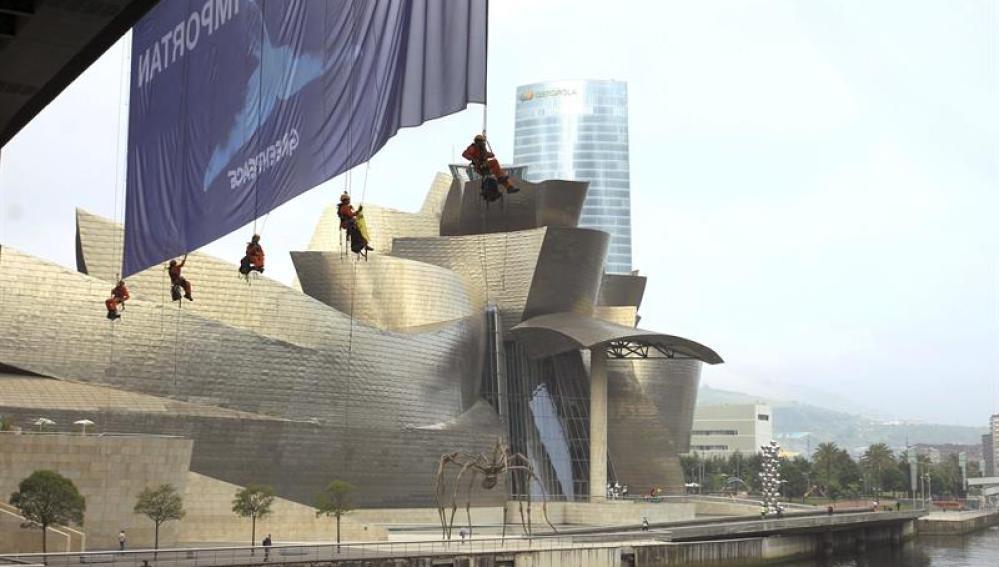 Activistas de Greenpeace en Bilbao