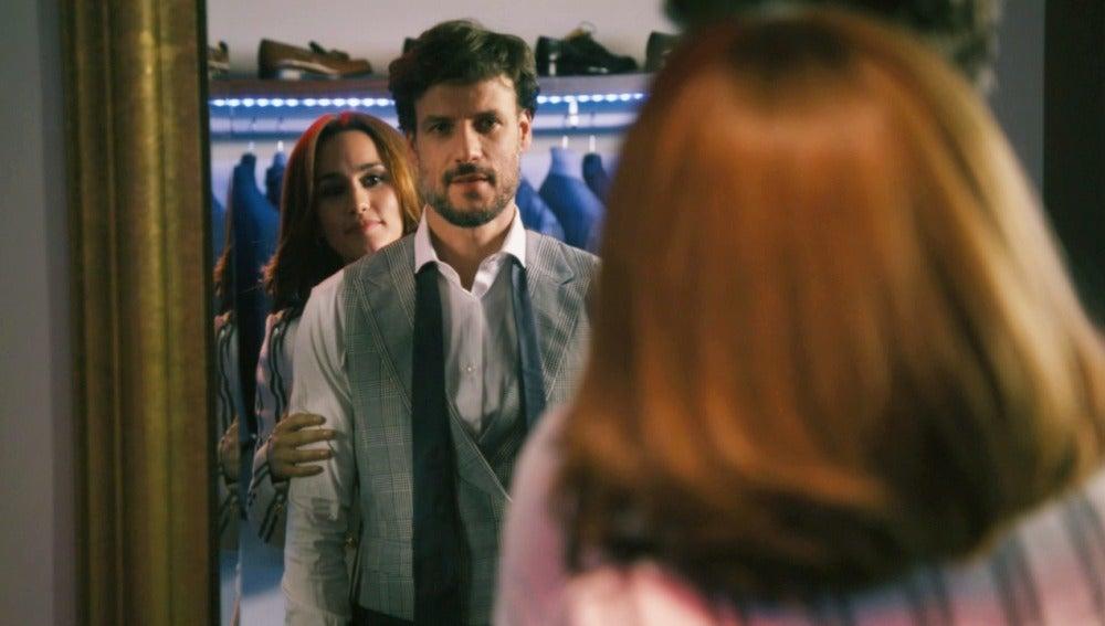 María insiste en coquetearle a Juan