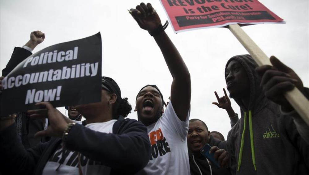 Un grupo de manifestantes denuncia la agresión a una adolescente negra en Texas.