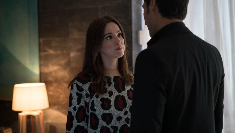Álex le advierte a Amparo que Enrique quiere acabar con ella