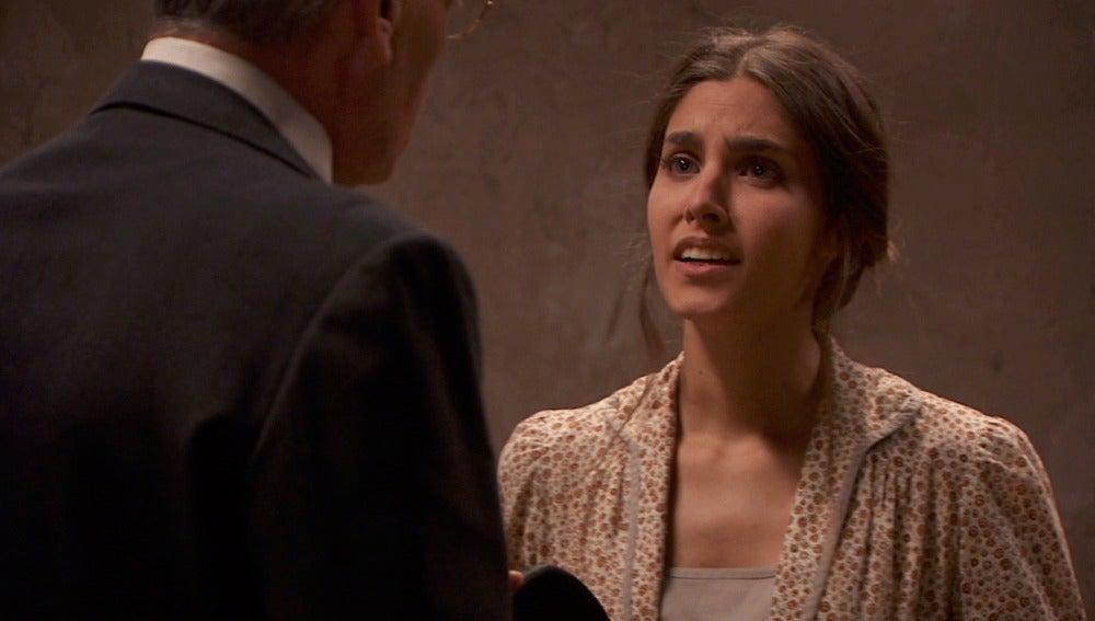 Amalia intenta hacer creer que está loca para librarse de prisión