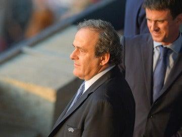 Manuel Valls junto a Platini