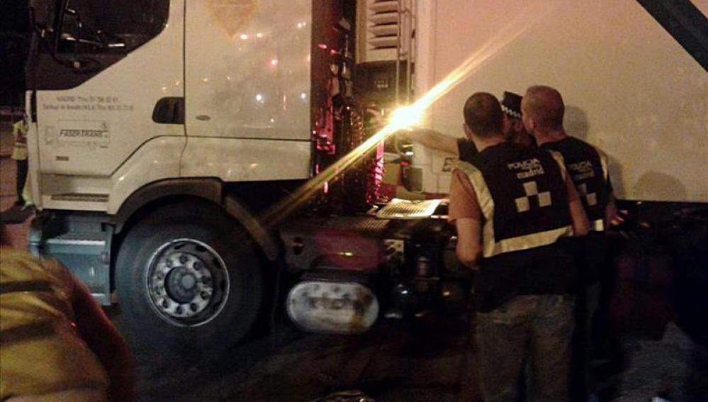 La Policía inspecciona el camión en el que viajaba el fallecido.
