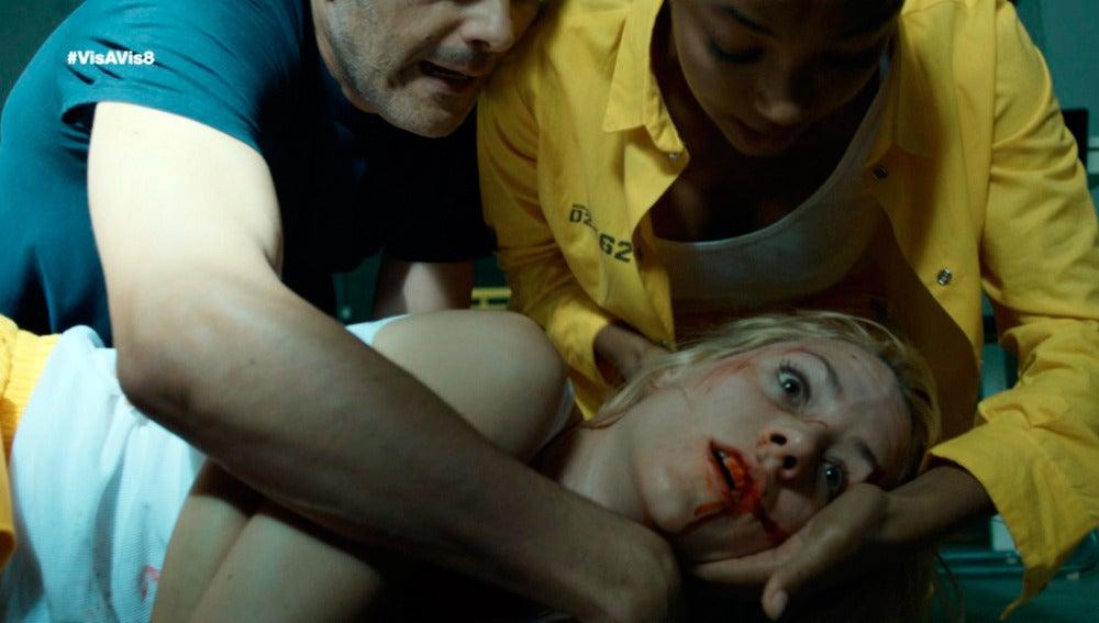 Macarena recibe una brutal paliza