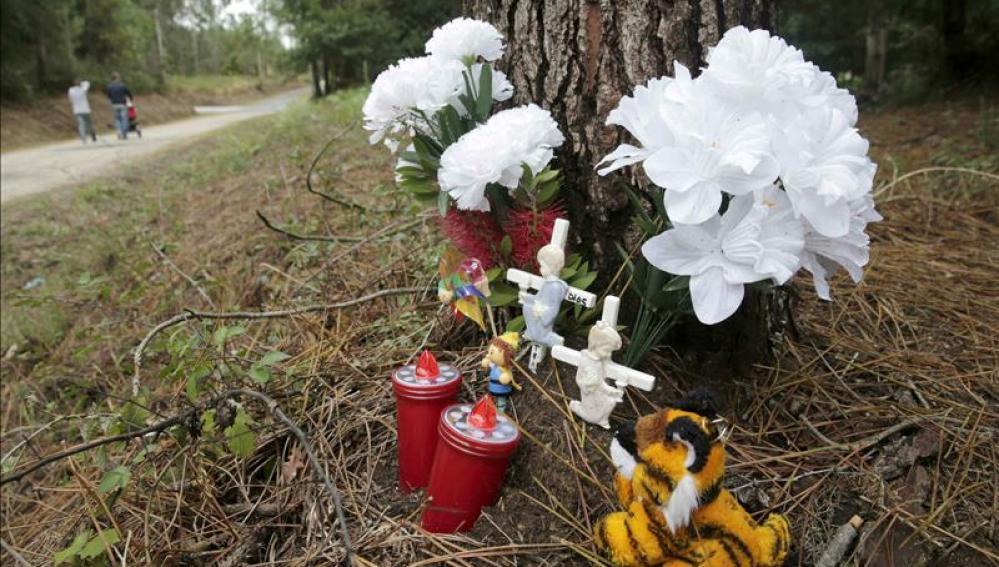 Varios ramos de flores y juguetes en un altar improvisado donde fue hallada sin vida la niña Asunta Basterra