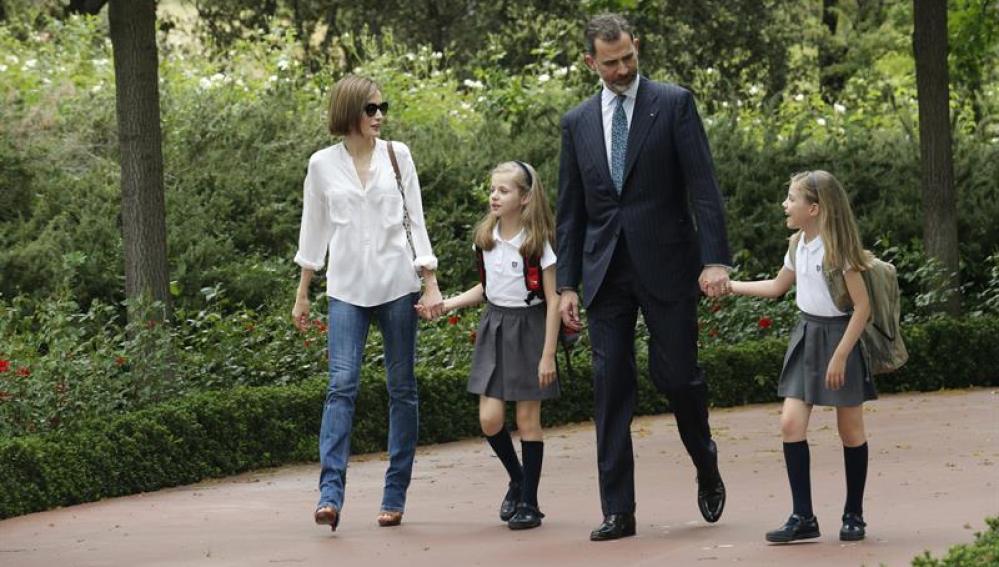 Felipe VI recibido en Zarzuela por la Reina Letizia y sus hijas