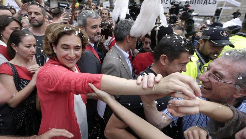 La alcaldesa de Barcelona Ada Colau saluda a sus seguidores en la Plaza de Sant Jaume.