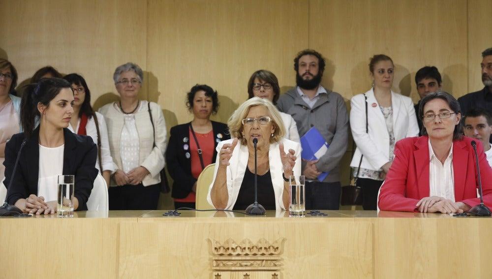 La portavoz del Gobierno de Manuela Carmena, Rita Maestre, a la izquierda de la alcaldesa de Madrid, en el centro