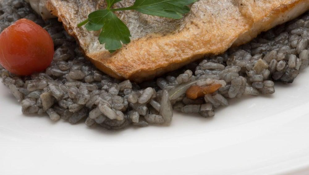 Dorada a la plancha con arroz negro