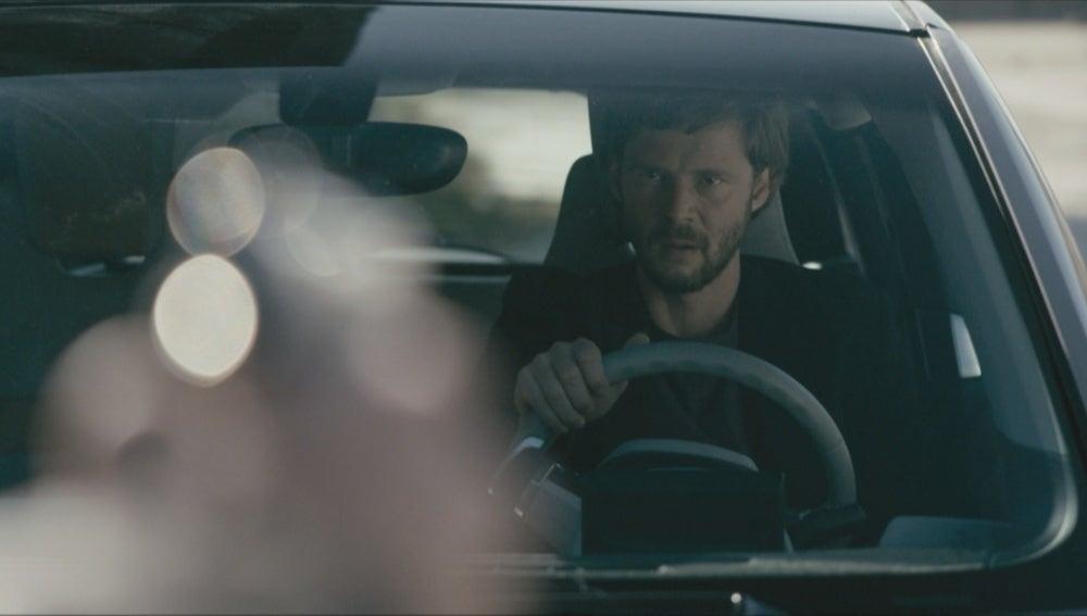 Pablo en un coche